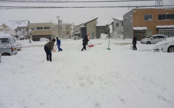 スタッフ総出で雪かき